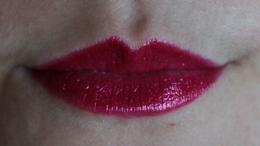 Urban_Decay_super_saturated_high_gloss_lip_color_adrenaline_fuchsia_paillettes (4)